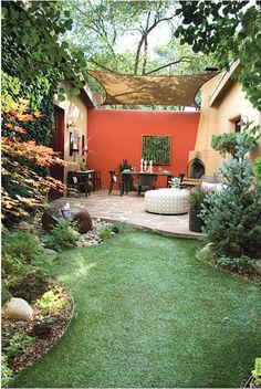 jardín + comedor exterior. Pared azul