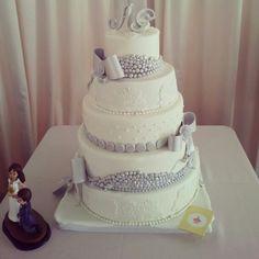 Tarta de bodas en blanco y plata