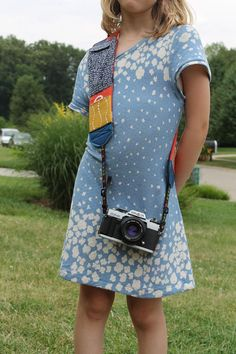 Think fanny pack meets camera strap. and you have the cammy pack! See photos of it in action plus link to full tutorial. Sewing Tutorials, Sewing Crafts, Sewing Ideas, Quilting Projects, Sewing Projects, Diy Projects, Diy Camera Strap, Tunic Sewing Patterns, Craft Projects For Kids