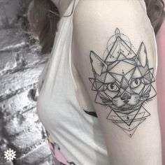 "⠀⠀⠀⠀@GOLDFAMILYCUSTOMTATTOOS no Instagram: ""Geometric Cat ❤️❅ ∴ @taamorim1 ❅Agenda para ABRIL aberta!"""