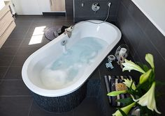 Bad mit großzügiger Badewanne Corner Bathtub, Deco, Bathroom, Bath Tube, Bathing, Ad Home, Homes, Nice Asses, Washroom