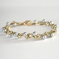 Hardware store chain can fun base for jewelery bracelet diy tutorial pearl wire Bead Jewellery, Wire Jewelry, Jewelry Crafts, Jewelry Ideas, Beaded Jewelry, Hardware Store Crafts, Hardware Jewelry, Homemade Jewelry, Diy Necklace