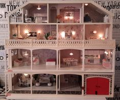 Lundby Dollhouse - My Dallas mansion finally got lights everywhere Dollhouse Design, Vintage Dollhouse, Dollhouse Dolls, Miniature Dolls, Dollhouse Miniatures, Doll Furniture, Dollhouse Furniture, Doll House Crafts, Doll Houses