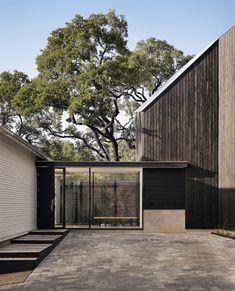 voorbeeld om de 2 huisdelen te verbinden door bijvoorbeeld planten bakken en trappen in dezelfde metaalconstructie er omheen te plaatsen
