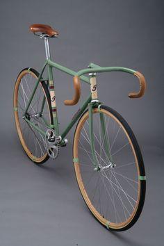 Townsends hemsida må vara riktigt usel, men deras cyklar är fina. Som den här modellen som heter Green Dream, och den är verkligen en dröm. Det vackra, lackade styret med läder, de fina detaljerna där ramens olika delar möts, sadeln, profilen, däcken, tja allt.