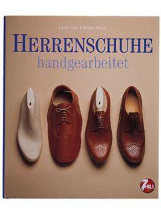 Das Buch zum Schuh: Herrenschuhe Handgearbeitet. Eleganz beginnt beim Schuh - jeder handgenähte Maßschuh ist eine handwerkliche Meisterleisung, die einerseits den menshclichen Fuß vor den verschiedenen Unannehmlichkeiten des Alltages schützt und andererseits als Teil der Kleidung den Geschmack seines Trägers zum Ausdruck bringt. Erhältlich im Onlineshop von www.hirmer.de
