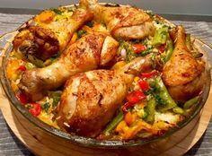 Kurczak zapiekany z ryżem i warzywami Bardzo smaczny, sycący i kolorowy obiad z piekarnika. Taka zapiekanka to proste i mało czasochłonne danie, którym naje się cała rodzina. Pomysł na tą potrawę zaczerpnęłam z grupy kulinarnej i już oglądając zdjęcia byłam przekonana, że jest pyszna, nie pomyliłam się! Polecam użyć ryżu basmati, ponieważ zwykły ryż może … Lunches And Dinners, Meals, Diet Recipes, Cooking Recipes, Good Food, Yummy Food, Pressure Cooker Chicken, Barbecue Chicken, Chicken Wings