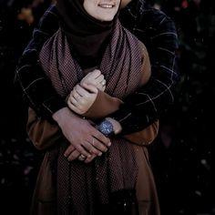 Islam love islam couple muslim muslimah family love hijab hi Couple Photoshoot Poses, Pre Wedding Photoshoot, Couple Posing, Wedding Poses, Wedding Couples, Cute Muslim Couples, Cute Couples, Muslim Couple Photography, Family Photography
