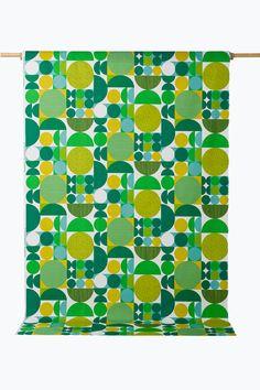 Anita-kangas, jossa leikkisä graafinen kuvio. Eläväpintainen, kauniisti laskeutuva kangas. Leveys 150 cm. <br><br>100% puuvillaa<br>Pesu 40°