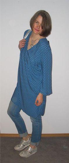 Blaugemustertes Tunikakleid mit Jeans und Silber kombiniert.