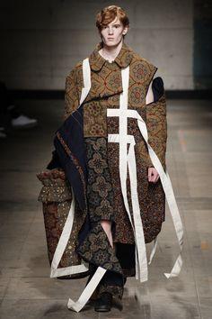 See all the Collection photos from Craig Green Autumn/Winter 2017 Menswear now on British Vogue Runway Fashion, High Fashion, Fashion Show, Fashion Fashion, Dress Fashion, Mode Masculine, Fashion Week Hommes, Der Gentleman, Conceptual Fashion