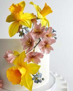 Fondant Flower Tutorial, Fondant Flower Cake, Fondant Cake Toppers, Cake Topper Tutorial, Cake Decorating Frosting, Cake Decorating Videos, Cake Decorating Techniques, Clay Flowers, Edible Flowers