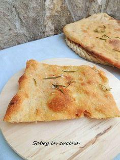 Pizza bianca croccante, ricetta lievitato. Ricetta pizza a lunga lievitazione con doppia lievitazione, sottile, croccante e saporita. Sabry in cucina blog