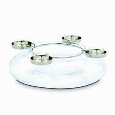 Luovuus-kynttiläkehä -somiste   P92268   Puhalletusta lasista valmistettu alaosa, metallinen kynttiläteline. Korkeus 8 cm. (Telineessä: Tuikkiva;  alaosassa: Kynttiläpurkki, Pilarikynttilä)