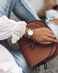 Đồng hồ DW Iconic Link 2020 chưa ra mắt đã nhận được sự quan tâm lớn từ người tiêu dùng. Đâu là những lý do khiến cho chiếc đồng hồ này được yêu thích đến vậy. Hãy cùng tìm hiểu chi tiết qua bài viết dưới đây nhé! Elegant Watches, Beautiful Watches, Daniel Wellington Watch Women, Stylish Watches For Girls, Trendy Outfits, Fashion Outfits, Hijab Fashion, Gold Watches Women, Dw Watch