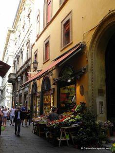 """Rue commerçante - """"Visite de la sympathique Bologne"""" by @carnetdescapade"""