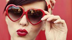 Gafas rojas y blancas con forma de corazón. #sanvalentin