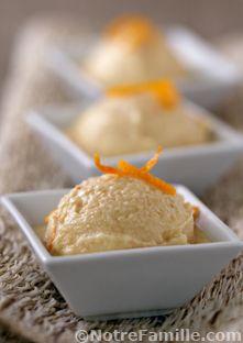 Glace à la fleur d'oranger2 jaunes d'oeufs 40 g de sucre 1/2 cuillère à café de maïzena 15 cl de lait 15 cl de crème liquide 75 g de noix de cajou 1 cuillère à soupe d'eau de fleur d'oranger 1/2 cuillère à soupe de zeste d'orange