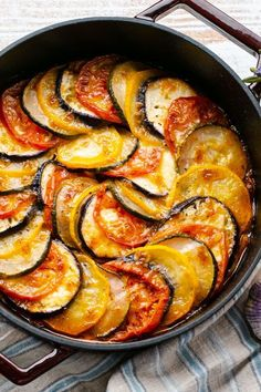 In hübschen Lagen backen wir das Ratatouille heute im Backofen. Das sieht nicht nur gut aus, im Ofen entwickelt das sommerliche Gemüse auch ein tolles Aroma! #rezept #kochen #auflauf #ratatouille #ofengericht #sommer #sommeressen #sommerrezept #aubergine #zucchini #tomaten #paprika #französischeküche #idee #beilage #gemüse #auflauf #mittagessen