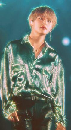 He's glowing he's ethereal he's Kim Taehyung Bts Taehyung, Bts Jimin, Daegu, Foto Bts, Taekook, Cindy Crawford 90s, Kpop, Fanfiction, Boy Band
