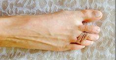 Tous les matins elle attache un élastique autour de ses orteils. La raison va sauver votre journée!