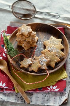 Christmas cookies with spices - CUISINE desserts petits biscuits -chocolats Easy Christmas Cookie Recipes, Best Christmas Cookies, Christmas Dishes, Christmas Baking, Holiday Recipes, Spice Cookies, Biscuit Cookies, Raw Food Recipes, Baking Recipes