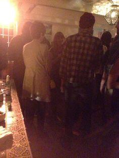 Robert Pattinson finalmente voltou a aparecer! O ator foi visto e fotografado em uma festa ontem (10) em Hollywood, onde também estavam Marilyn Manson e Michelle Rodriguez. Vejam a foto dele por lá: