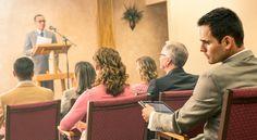 Um irmão fica chateado quando os anciãos leem uma decisão para a congregação