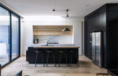cozinha-minimalista-preta-branca-madeira