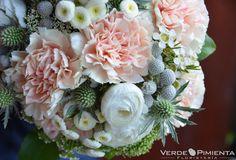 Hermoso ramo de novia con claveles, cardos y ranunculus de Verde Pimienta Floristería #ramodenovia #bridalbouquet #tendenciasdebodas