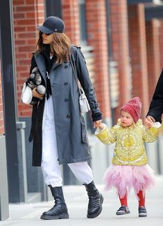 Irina Shayk Street Style in a Black Leather Ankle Boots Out And About in New York, Autumn Winter Star Fashion, Fashion Outfits, Womens Fashion, Modell Street-style, Irina Shayk Style, Stylish Maternity, Mode Streetwear, Autumn Street Style, Black Leather Boots