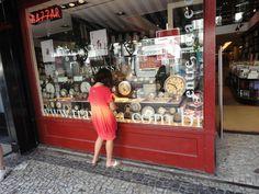 Menina de frente a vitrine d'Alice na Travessa de Ipanema