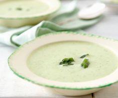 """""""Sopa verde""""  Apio Cebolla Calabaza Brócoli Espinacas Pimientos verdes Tomate pelado Una cucharada de aceite de oliva Una cucharada  de zumo de limón Agua, sal y pimienta Combináis las verduras en las cantidades que más os gusten, las cortáis en cubitos pequeños y las cocéis unos 20 minutos. Y la pasáis con la batidora. Para servirla, añadir una cucharadita de yogurt griego y unas hojitas de menta o unas virutas de jamón o migas de queso de cabra, almendra laminada… Cualquier cosa."""