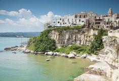 Vieste, Puglia Proprio sopra la bianca roccia calcarea del Gargano, a picco sul mare Adriatico, sorge il nucleo dell'abitato di Vieste, uno di quei posti che diventano in un attimo un luogo del cuore