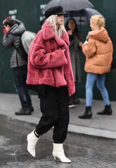 Check out some of the best winter outfit inspiration to come out of fall 2018 New York Fashion Week street style. New York Fashion Week Street Style, Cool Street Fashion, Street Style Women, Workwear Fashion, Fashion Outfits, Fashion Trends, Fashion Blogs, Fashion Fashion, Brown Faux Fur Coat