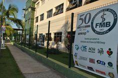 Banner mostra os fundamentais parceiros que têm apoiado as festividades dos 50 anos da FMB.
