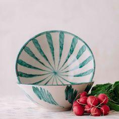Ensaladera de cerámica pintada a mano por los mejores artesanos españoles.Sus dibujos estan inspirados en la cultura mediterranea, una vuelta a las buenas costumbres,a disfrutar de la mesa, de la comida sin reloj , del verano, de la familia, etc.