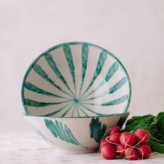 Ensaladera de cerámica pintada a mano por los mejores artesanos españoles.Sus dibujos estan inspirados en la cultura mediterranea, una vuelta a las buenas costumbres, a disfrutar de la mesa, de la comida sin reloj , del verano, de la familia, etc.