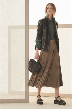 Brunello Cucinelli Spring 2019 Ready-to-Wear Milan Fashion Show Collection: See the complete Brunello Cucinelli Spring 2019 Ready-to-Wear Milan collection. Look 25 Fashion Milan, Fashion Week, Skirt Fashion, Love Fashion, Fashion Outfits, Fashion Design, Fashion Trends, Ladies Fashion, Womens Fashion