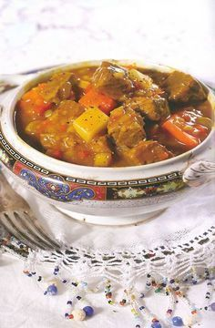 'n Kerrie soos min. Dié resep is perfek vir 'n Vrydagaand! Curry Recipes, Meat Recipes, Indian Food Recipes, Cooking Recipes, Ethnic Recipes, Recipies, South African Dishes, South African Recipes, Curry Stew