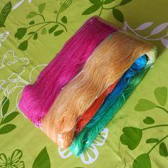 Sicher habt ihr noch Ostereierfarbe übrig :-)   Bzw kommt ihr jetzt billig im Supermarkt an Reste.     Ihr benötigt: Wolle ...