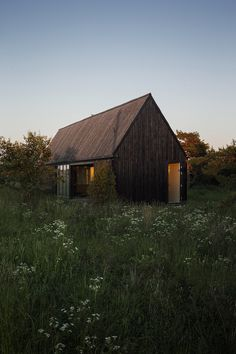 Architecture Photography: Gotland Summer House / Enflo Arkitekter + DEVE Architects Yes. Earthship, Modern Barn, Modern Cabins, Modern Rustic, Cabins And Cottages, Small Cottages, House In The Woods, Black House, Architecture Design