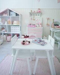Pink and white room for a little girl http://elinsoderberg.blogg.se #finabarnsaker #barneskatter #mittbarnerom #kidsconcept #barnrum #barnrumsinspo #maileg #jollyroom