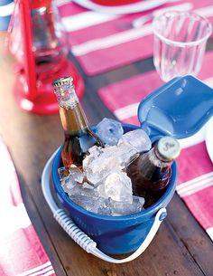 A cerveja gela no baldinho de praia colorido