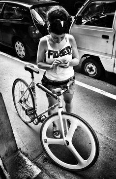 Fixed Gear - Urban Style Fixed Gear Girl, Urban Cycling, Cycling Art, Speed Bike, Cycling Girls, Cycle Chic, Bicycle Girl, Bike Style, Sexy