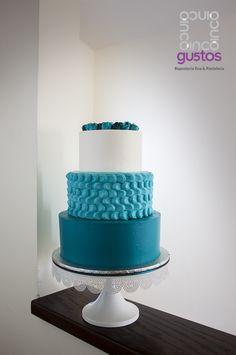 Pastel de XV años en tonos de azul y mini rosas de betún Blue XV años celebration cake