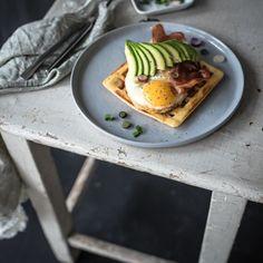 Herzhafte Parmesanwaffeln mit Spiegelei, Parmaschinkenchips und Avocado