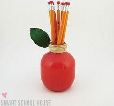 Porta lapices hecho con una botella de plástico, decorado en forma de manzana