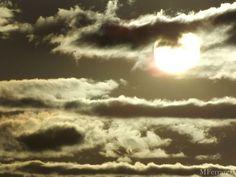 O sol entre as nuvens.