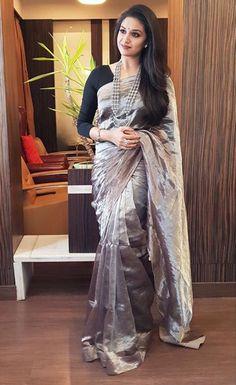 Keerthi Suresh with a beautiful saree Kurta Designs, Silk Saree Blouse Designs, Saree Blouse Patterns, Trendy Sarees, Stylish Sarees, Fancy Sarees, Simple Sarees, Dress Indian Style, Indian Outfits